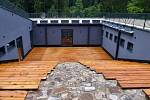 Nově postavené infocentrum, zrekonstruovaný barák vězňů a další dozorců. To jsou tři hlavní objekty, které tvoří Památník obětem romského holocaustu v Hodoníně u Kunštátu.