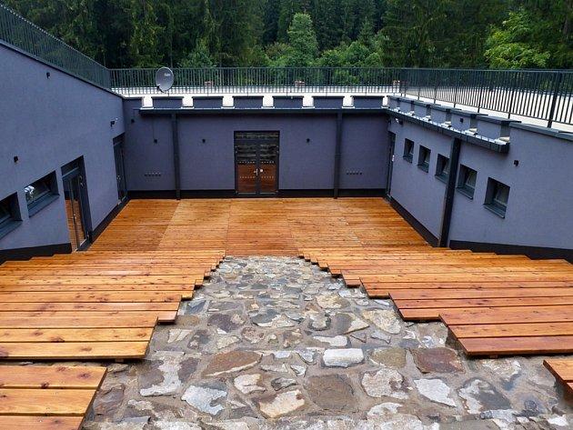 Nově postavené infocentrum, zrekonstruovaný barák vězňů a další dozorců. To jsou tři hlavní objekty, které tvoří Památník obětem romského holocaustu vHodoníně uKunštátu.
