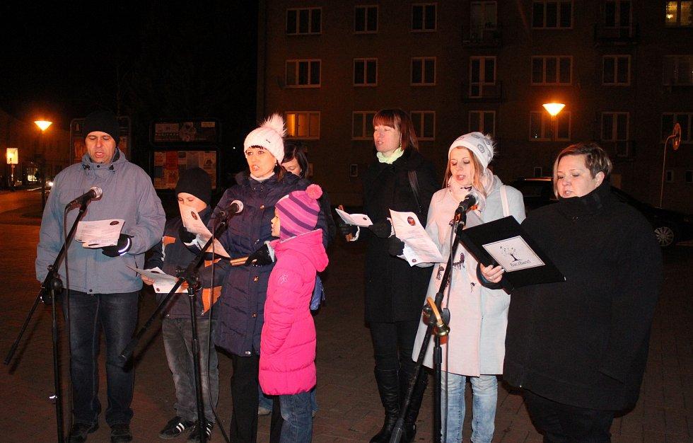 Zhruba osmdesát lidí si přišlo ve středu v podvečer zazpívat koledy s Deníkem na Rožmitálovu ulici v Blansku. V přátelské a vánoční atmosféře si příchozí zazpívali společně se souborem Bacz Band.