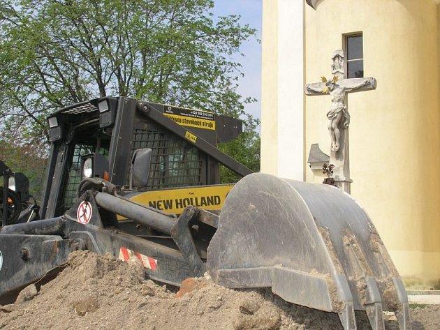 Rozryté místo před kostelem sv. Martina v Blansku v první půlce května  nahradí tráva, kvetoucí růže a pomník Karoliny Meineke.