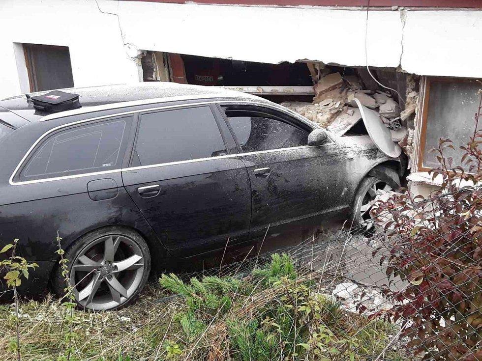 V Sebranicích sjelo osobní auto ze silnice až do obývacího pokoje.