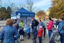 Kdo je vidět, vyhrává! Policisté dětem v Blansku přiblížili reflexní prvky.