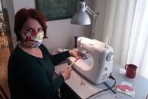 Leona Fousková z Blanska navrhuje interiéry. Teď sedla ke stroji a nezištně šije roušky pro lékárníky.