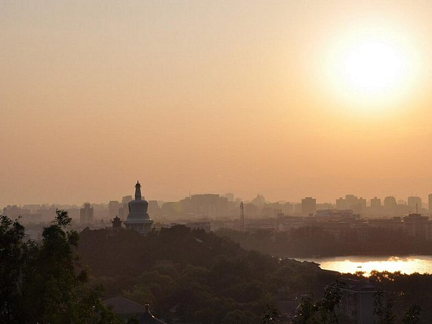 Západ slunce nad Pekingem.