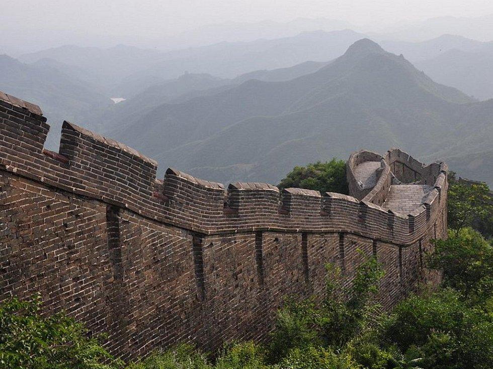Opravená část Velké čínské zdi u vesnice Jingshanling