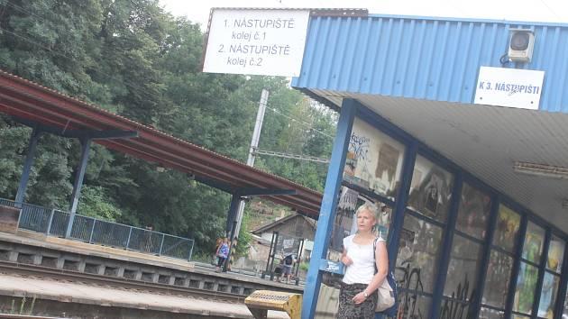 Na nádraží v Blansku se zastavil čas. Ve vstupní hale je třeba dávno neexistující telefonní číslo.