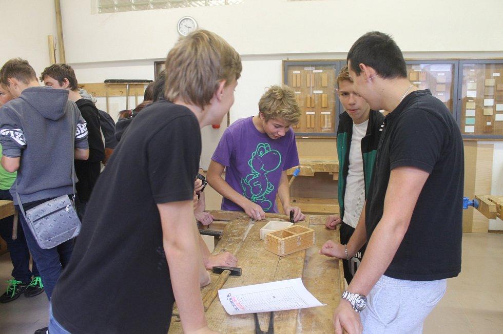 V Letovicích tvořili žáci ze dřeva i z keramiky.