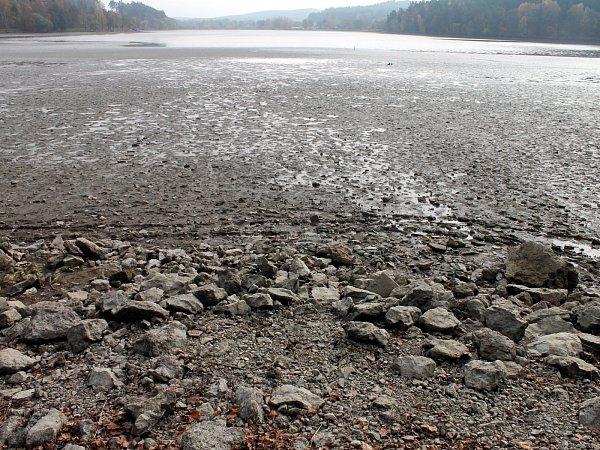 Před víkendovým výlovem zrybníka Olšovce postupně ubývá voda.