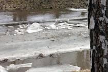 Ledy v řekách (Svitava v Blansku) se uvolňují a hrozí, že v korytech vytvoří zátarasy.