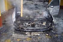 V letovické místní části Kladoruby v úterý ráno shořela Škoda Octavie. Na vině byla technická závada nabíječky autobaterie.