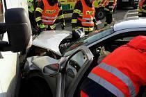 V Sebranicích se srazila dvě auta. Jeden z řidičů skončil v nemocnici.