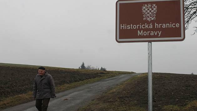 Historickou hranici Čech a Moravy připomínají na Blanensku dvě dopravní značky. Zatím jediné v republice. Jedna z nich je mezi obcí Kněževes a Jobovou Lhotou a druhá pak o kousek dál na silnici mezi Olešnicí a Trpínem.