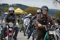 Motorkáři zahájili v sobotu u kostela v Drnovicích motosezonu.