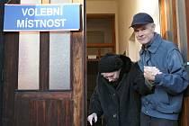 K volbám v Rájci-Jestřebí na Blanensku přišla i jednadevadesátiletá Helena Urbánková. Doprovodil ji syn Hynek.