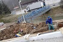 Dělníci opravují lávku přes řeku Svitavu u adamovského A-centra. K lávce přistaví také přístupovou rampu se zábradlím.