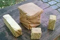 Na veřejných prostranstvích v Blansku přibudou letos čtyři desítky laviček s vyvýšeným posedem. A také čtveřice souprav stolků a židliček z dřevných kvádrů (na snímku).