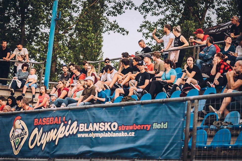 DERBY PRO DRAKY. Brněnský celek (v tmavém) zvítězil v obou zápasech s blanenskými baseballisty.
