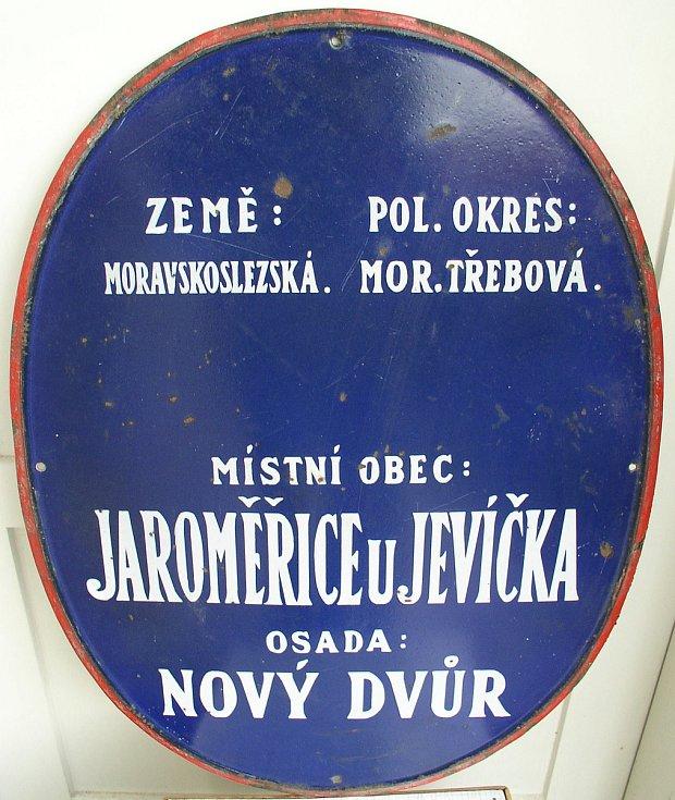 Historická značka osady Nový Dvůr.