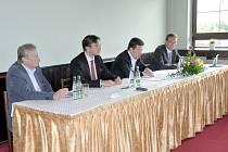 V Blansku se sešli regionální podnikatelé se senátorem Tomiem Okamurou, poslanci Michalem Babákem a Radimem Fialou a předsedou okresní hospodářské komory Blansko Milanem Hlaváčem.