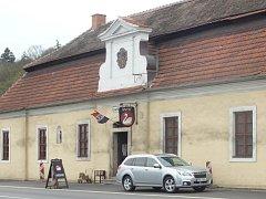 Budova U Labutě pochází z roku 1767, kdy ji nechal postavit řád premonstrátů.