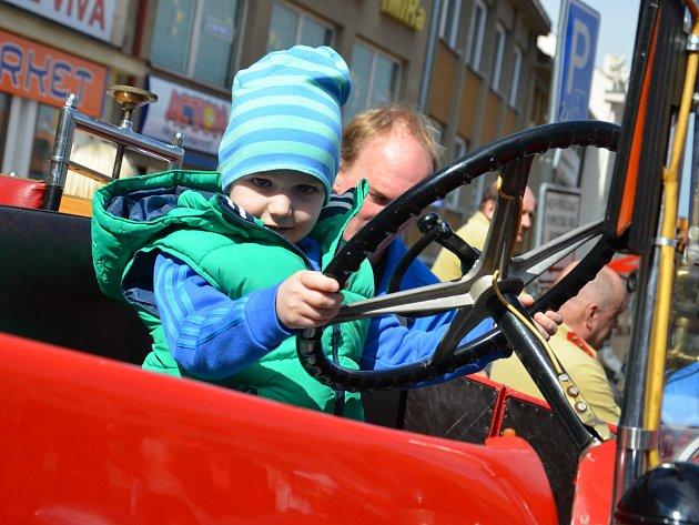 Historickou i současnou hasičskou techniku obdivovali v sobotu malí i velcí návštěvníci Boskovic. Na tamním Masarykově náměstí se konal Hasičský den. Do města se sjeli zástupci dobrovolných hasičů z celého Blanenska.