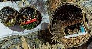 V kamenném prostoru dvora olešnické fary je k vidění kolem stovky různých betlémů.