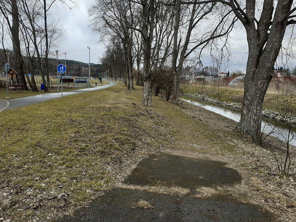 Na asfaltovém okruhu kolem baseballového stadionu docházelo v úseku kolem řeky Svitavy podle zástupců města často ke kolizím sportovců a chodců. Blanenští proto v této lokalitě na pravém břehu vybudují novou cestu pro pěší.