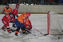 Hokejisté Blanska(v oranžovém)obhájili v okresním přeboru titul.