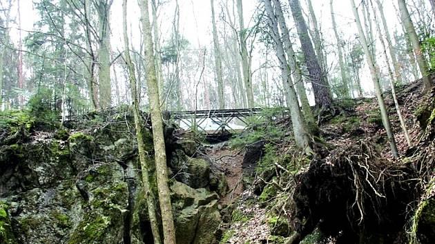 Hluk z aut přejíždějících přes provizorní most se nese poloslepým Holštejnským údolím už několik let.