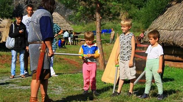 Den plný vystoupení -šermu, divadla a zábavy pro děti i dospělé uspořádali organizátoři v Isarnu v Letovicích.