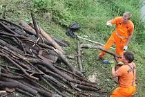Blanenští hasiči ve spolupráci se silničáři čistili okolí silničního mostu před železničním přejezdem na Staré Blansko.