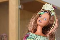 """Symbol krásy i oblíbená dětská hračka, to je panenka Barbie. Letos slaví padesát let od doby, kdy poprvé spatřila světlo světa v New Yorku. Štíhlé panenky, pro které u nás zdomácněl název """"barbíny"""", vystavují od v blanenské knihovně."""