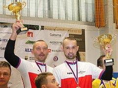 MOHOU JEN PŘEKVAPIT. Po mistrovství republiky v Letovicích zamávali otec a syn Hrdličkovi svým fanouškům v nejvyššího stupínku vítězů. Podobný obrázek ze světového šampionátu byl příjemný i z nižšího schodku. Ale zároveň i velikým překvapením.
