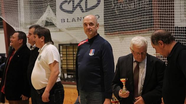 Předseda FK Blansko Jiří Crha (uprostřed) při předávání ocenění na Memoriálu Dana Němce.