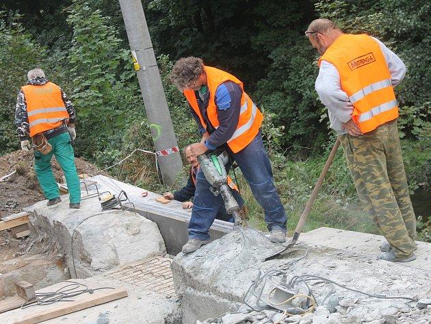 Dělníci rozšiřují v Pilském údolí silnici.