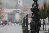 Wanklovo náměstí v Blansku s litinovými sochami.