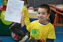 Děti z 1. A a 1. B na základní škole ve Sloupě měly v úterý velký den. A také jejich rodiče. Dostaly totiž první pololetní vysvědčení.
