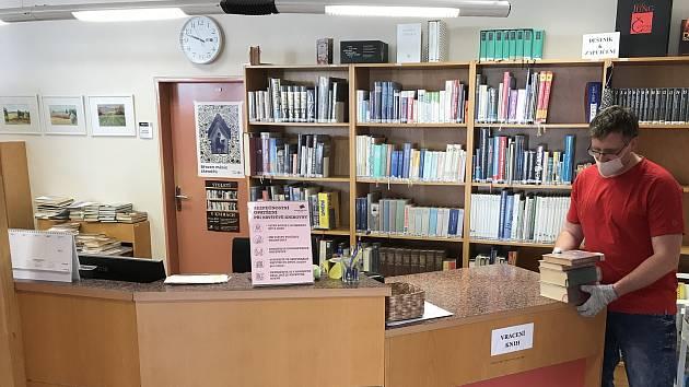 S novým nouzovým stavem přišlo jen několik kosmetických úprav dosavadních vládních nařízení. Týkají se například knihoven, které mohou od pondělí otevřít výdejní okénka. Jednou z nich je i Městská knihovna Blansko.