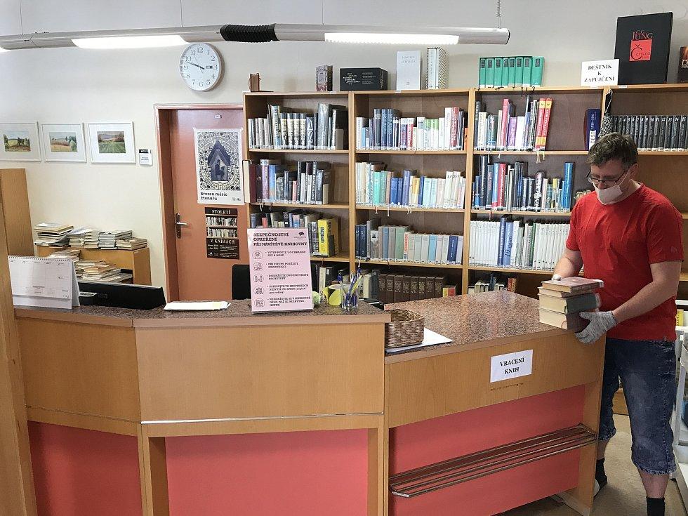 S novým nouzovým stavem přišlo jen několik kosmetických úprav dosavadních vládních nařízení. Týkají se například knihoven, které mohou od pondělí otevřít výdejní okénka. Jednou z nich je i Městská knihovna Blansko. FOTO: MĚSTSKÁ KNIHOVNA BLANSKO