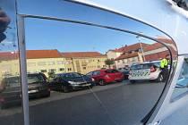 Vandal poškodil o víkendu v Boskovicích několik osobních aut.