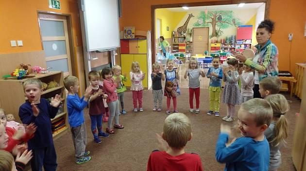 Děti z Mateřské školy v Šošůvce při cvičení se Zdravíkem.