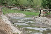 Vodohospodáři upravují břehy řeky Svitavy v Blansku. Korytem mezi oběma blanenskými splavy teče v těchto dnech vody poskrovnu. Břehy dělníci s pomocí těžké techniky bagrují a zpevňují kameny.