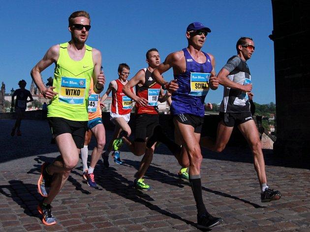 Blanenský Jan Kohut (s číslem 118) ve skupince běžců na Karlově mostě při Volkswagen maratonu Praha. Do cíle prestižního závodu doběhl jako pátý Čech, přesto původně plánoval ještě lepší výsledek.