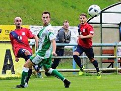 V utkání Moravskoslezské divize D remizovali fotbalisté FK Blansko (v červeném) s FC Bzenec 1:1.