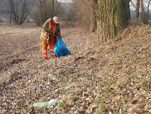 Příkopy kolem silnic na Blanensku na mnoha místech připomínají smetiště. Silničáři je průběžně uklízejí a každý den tak odvážejí plné pytle odpadků. Ve čtvrtek uklízeli například v okolí silnice mezi Boskovicemi a Knínicemi.