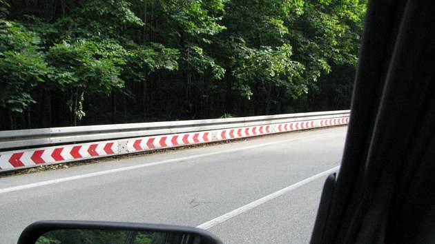Svodidla speciálně upravená proti podjetí motorkáře můžou zabránit těžkým zraněním. Stopadeátimetrový úsek u Blanska je jediný v České republice.
