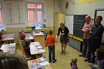 Prvňáci poprvé usedli v pondělí do školních lavic také v základní škole na náměstí 9. května v Boskovicích.