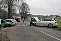 U Vážan se v sobotu odpoledne srazila dvě osobní auta.