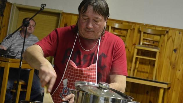 Bílá ovarová česnečka, andělská zelňačka nebo slovenská houbová. V Doubravici v sobotu pořádali soutěž o nejlepší polévku.