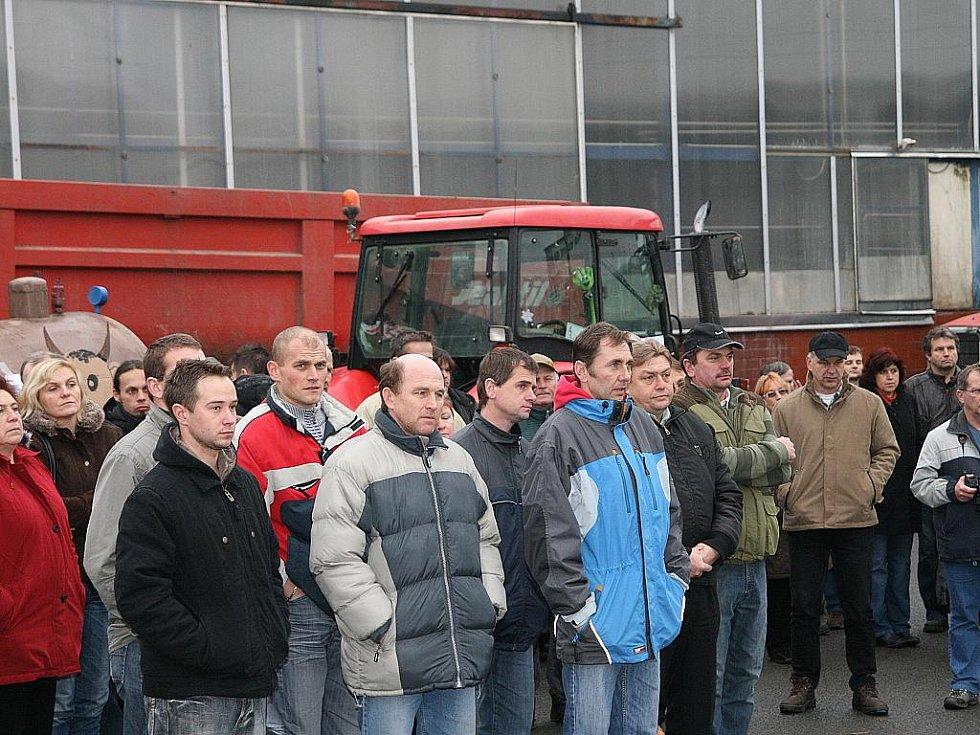 Ve čtvrtek od půl deváté ráno blokovali zemědělci z Blanenska traktory a valníky vjezd do olešnické mlékarny. Protestovali tak kvůli nízkým výkupním cenám mléka. Dvouhodinové protestní akce se zúčastnil také prezident české agrární komory Jan Veleba.